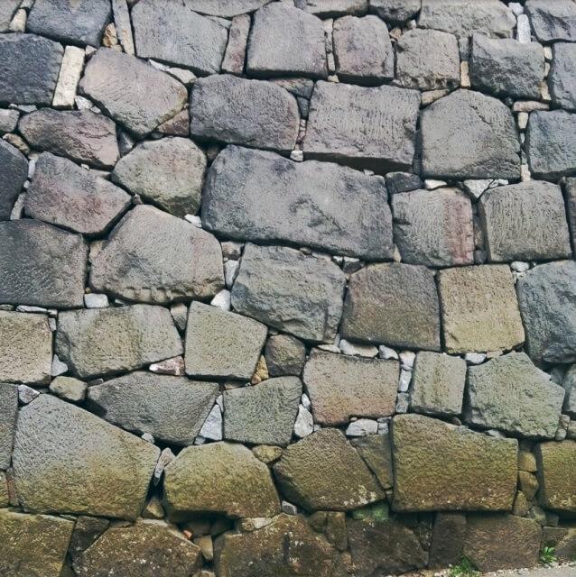 学校が建っている所は昔墓地だった 石垣