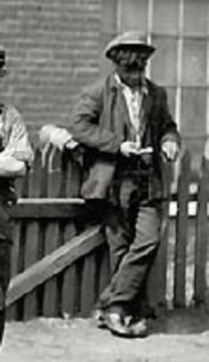 タイムトラベラー 1911年 携帯電話を持つ少年