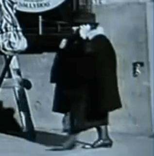 タイムトラベラー 携帯をかける女性 サーカス